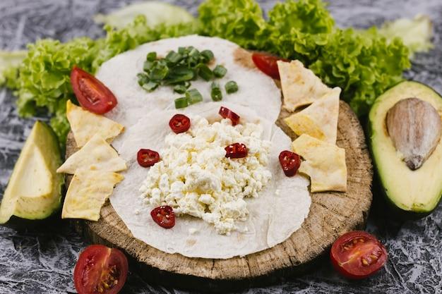 Repas mexicain sain sur une plaque en bois