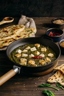 Repas pakistanais à angle élevé avec de la viande