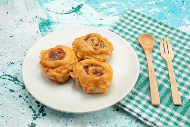 Repas de pâte cuite avec de la viande hachée à l'intérieur de la plaque sur un bureau bleu vif, repas de pâte nourriture calorie de la viande