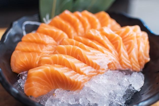 Repas de poisson saumon sashimi japonais. fruits de mer sains bio