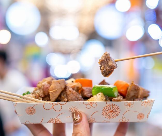 Repas de porc noir pané en corée du marché traditionnel de la cuisine coréenne délicieuse avec carotte et oignon vert échalote close up copy space