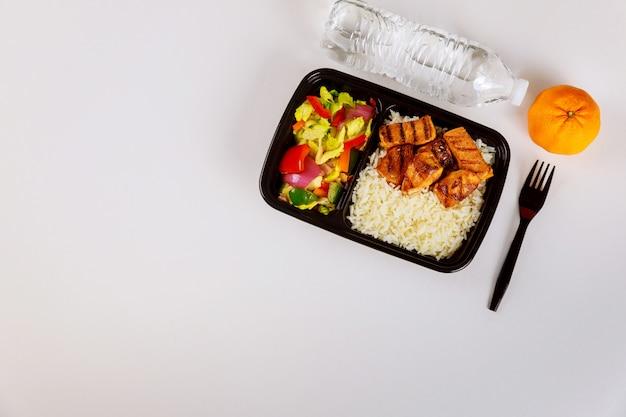 Repas prêt à manger sur récipient alimentaire avec boisson et orange