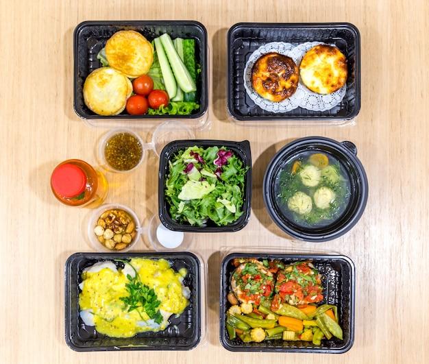 Repas quotidiens dans des boîtes, livraison d'aliments sains,