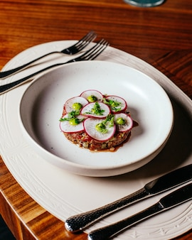 Un repas de radis vue de dessus avec de la viande à l'intérieur de la plaque blanche sur la table repas repas dîner restaurant
