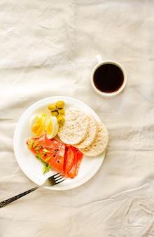 Repas riche en protéines et faible en glucides. produits avec oméga-3 bons pour des cheveux et une peau sains. concept de régime paléo.