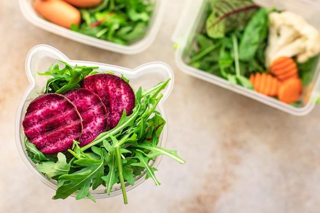 Repas sain manger des aliments diététiques biologiques la cuisson des aliments frais dans un récipient menu de portion de déjeuner hebdomadaire