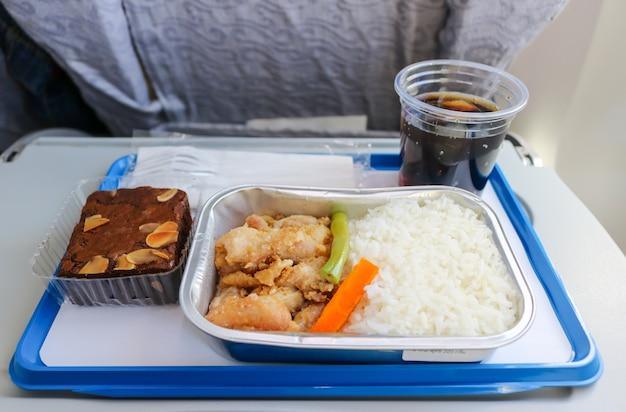 Repas servi en avion avec boulangerie et boisson gazeuse