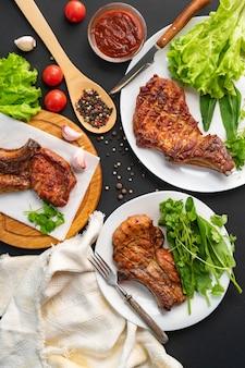 Repas servis dans les assiettes, dîner de junk, nourriture dans les restaurants
