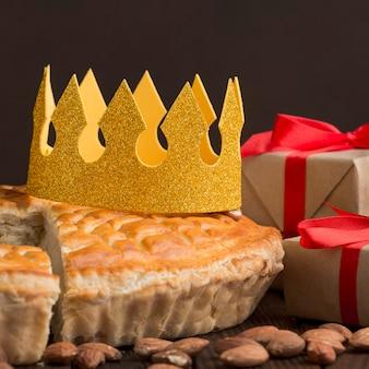 Repas traditionnel de l'épiphanie avec couronne et cadeaux