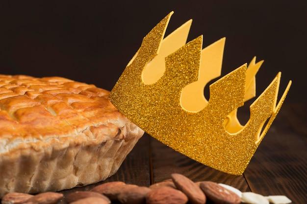 Repas traditionnel de l'épiphanie avec vue de face de la couronne