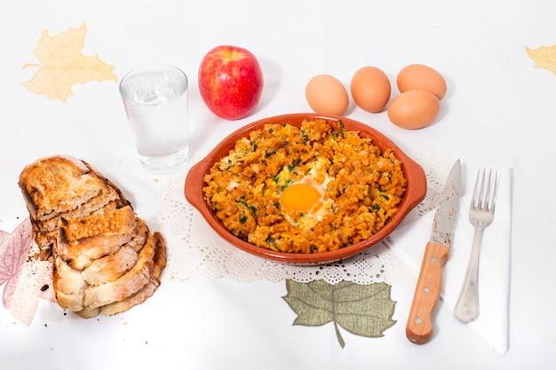 Repas traditionnel portugais de saucisse alheira mixte avec œuf et persil.