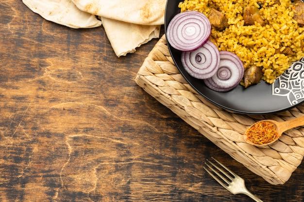 Repas vue de dessus avec riz et oignon
