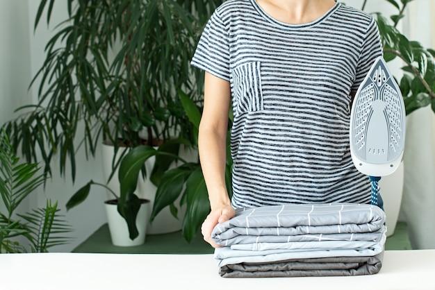 Repassage des vêtements. devoirs. responsabilités d'entretien de la maison. cuiseur vapeur.