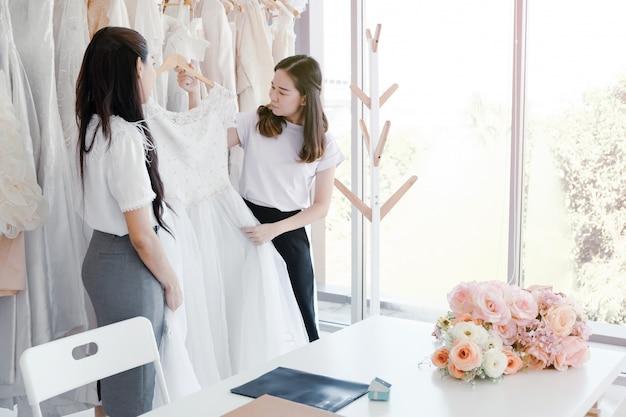 Répétition de demoiselle d'honneur chez le tailleur.
