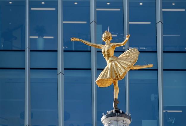 Réplique de la statue d'anna pavlova sur la coupole du victoria palace theatre à londres