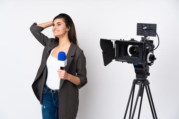 Reporter femme tenant un microphone et rapport de nouvelles sur blanc isolé en riant