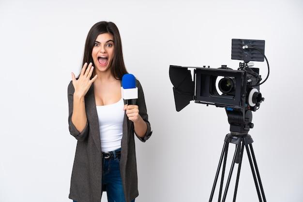 Reporter femme tenant un microphone et rapportant des nouvelles avec une expression faciale surprise