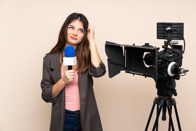Reporter femme tenant un microphone et rapportant des nouvelles sur un mur isolé ayant des doutes et avec une expression de visage confuse
