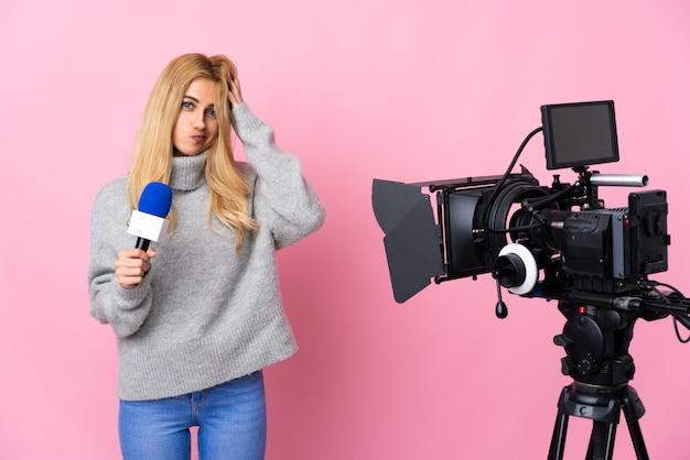 Reporter femme tenant un microphone et rapportant des nouvelles sur rose isolé ayant des doutes