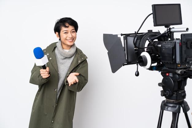 Reporter une femme vietnamienne tenant un microphone et rapportant des nouvelles applaudissant après sa présentation lors d'une conférence