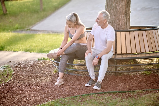 Repos. un couple sportif mature se reposant après l'entraînement