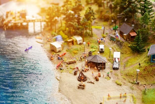 Repos sur le lac avec des tentes en miniature