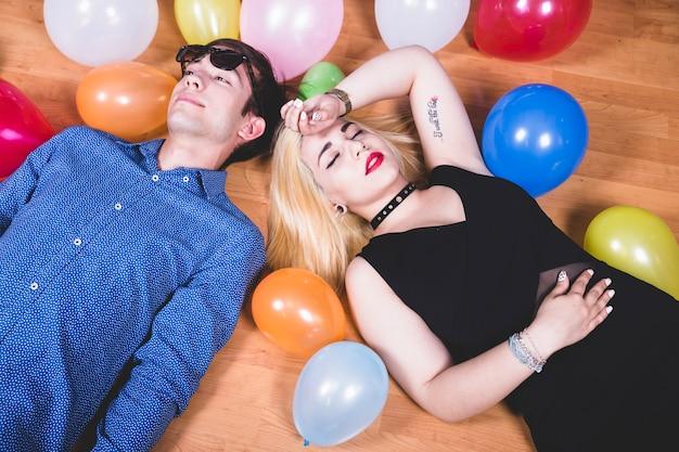 Reposant avec des baloons sur le sol