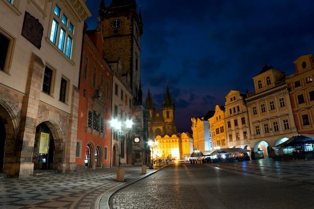 République tchèque. prague. place de la vieille ville. vue de l'église notre-dame avant tyn. 6h00 du matin