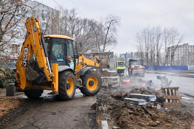 Rerm, russie - 06 novembre 2020 : travaux routiers dans une rue d'automne pluvieuse