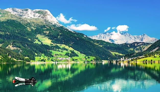 Reschensee, un lac artificiel au tyrol du sud, les alpes italiennes