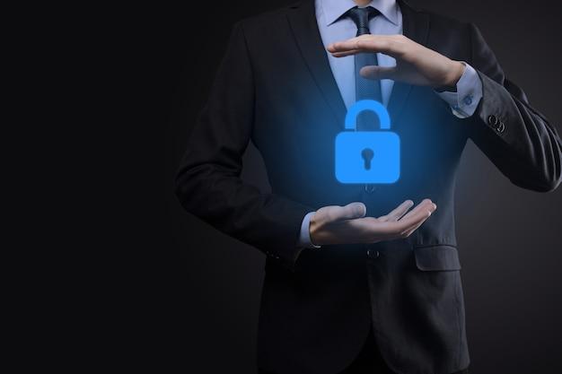 Réseau de cybersécurité. icône de cadenas et mise en réseau de la technologie internet. homme d'affaires protégeant les informations personnelles des données sur l'interface virtuelle. concept de confidentialité de la protection des données. gdpr. ue.