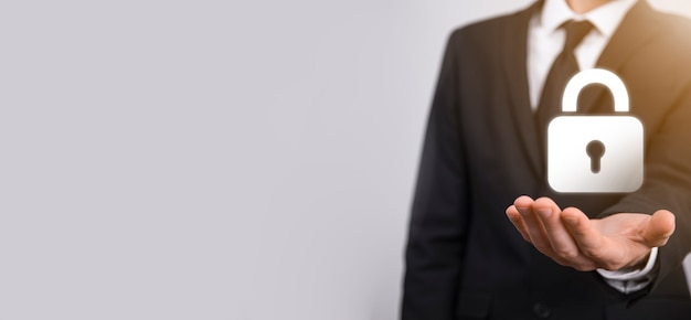 Réseau de cybersécurité. icône de cadenas et mise en réseau de la technologie internet. homme d'affaires protégeant les informations personnelles des données sur l'interface virtuelle. concept de confidentialité de la protection des données. rgpd. ue