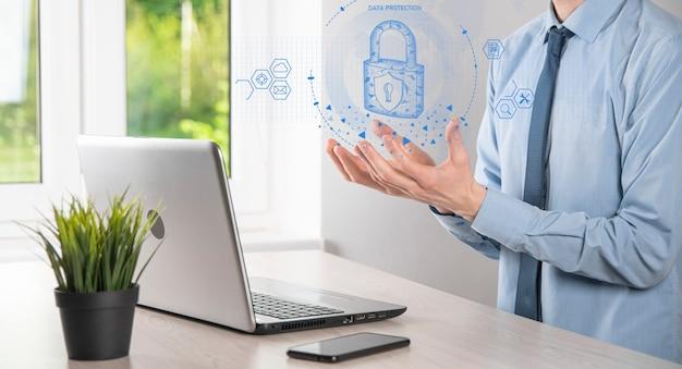 Réseau de cybersécurité. icône de cadenas et mise en réseau de la technologie internet. homme d'affaires protégeant les informations personnelles sur la tablette et l'interface virtuelle. concept de confidentialité de la protection des données. rgpd. ue.