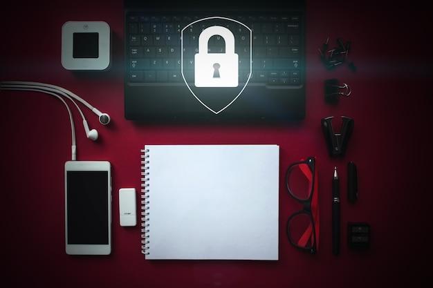 Réseau de cybersécurité. vue de la table de travail knolling avec un ordinateur portable et la silhouette du château. protection des données personnelles sur tablette et interface virtuelle. concept de confidentialité de la protection des données.