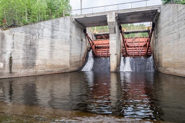 Réserve d'eau sur centrale hydroélectrique