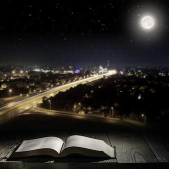 Réservez contre une ville de nuit au clair de lune