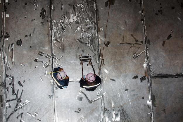 Réservoir d'analyse d'inspection de deux travailleurs mâle en acier inoxydable de la plaque inférieure d'épaisseur de rouille dans confiné