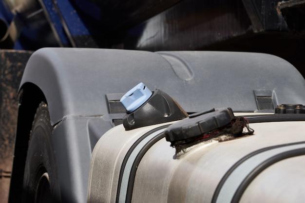 Réservoir de carburant d'un camion debout sur un parking