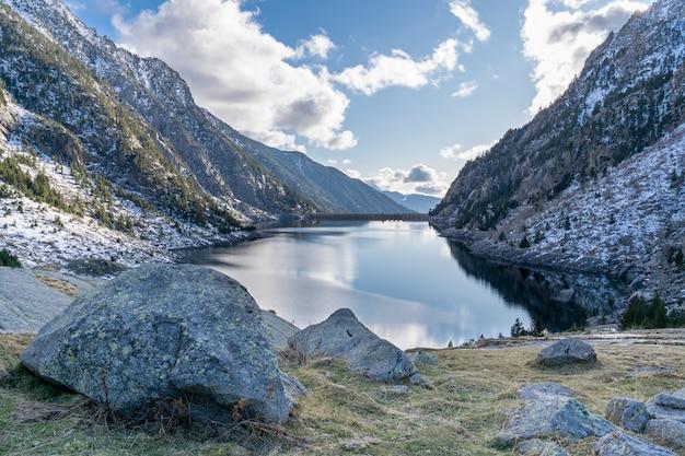 Réservoir cavallers dans le parc national d'aigüestortes et le lac de sant maurici.