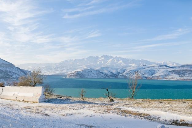 Réservoir charvak en hiver