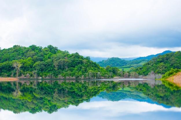 Réservoir dans la vallée avec ciel couvert et nuages de pluie en thaïlande