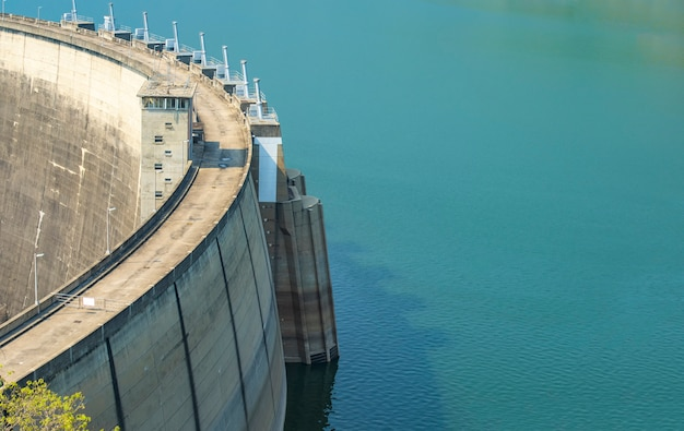 Réservoir d'eau bleue avec un barrage en béton