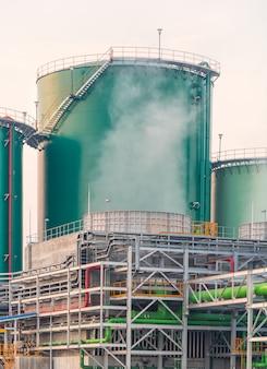 Réservoir d'eau verte et pipeline dans une centrale électrique en thaïlande.
