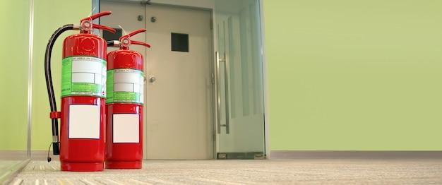 Réservoir d'extincteurs rouge dans le bâtiment