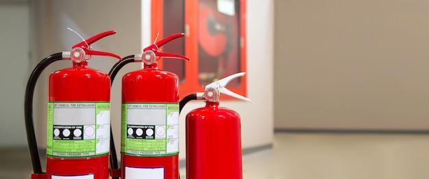 Réservoir d'extincteurs rouges, concepts de caserne de pompiers pour la prévention d'urgence, sauvetage et formation à la sécurité incendie.