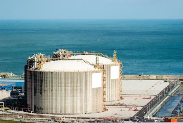 Réservoir de gaz naturel dans l'industrie pétrochimique en plein jour, gijon, asturies, espagne.