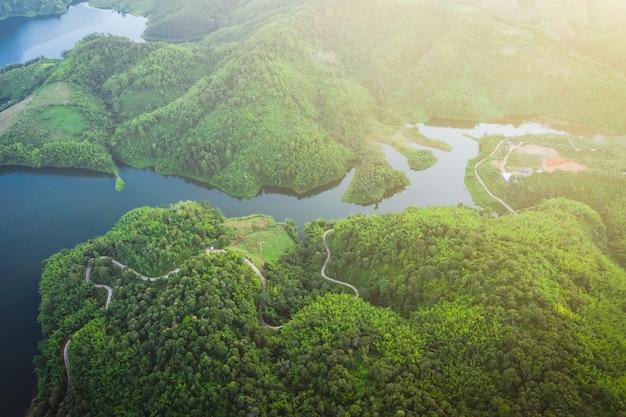 Réservoir national au milieu de la vallée et la route reliant la ville