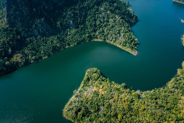 Réservoir national ou barrage incurvé au milieu de la vallée à chiang rai thaïlande paysage vue en grand angle à partir d'une caméra drone