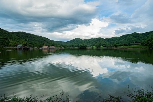 Réservoir naturel dans les montagnes