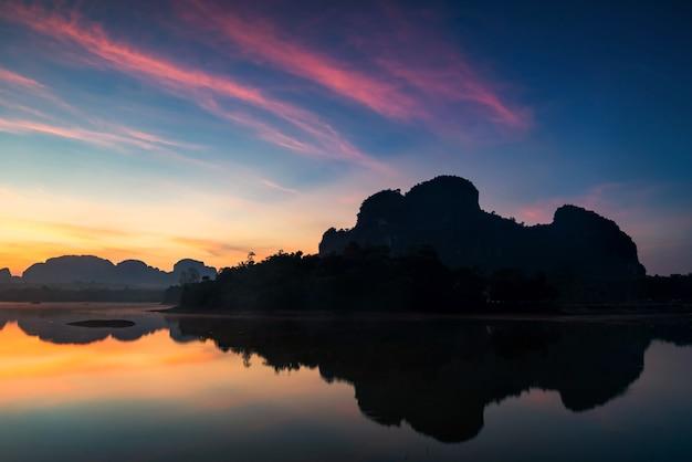 Réservoir de nong thale et montagne calcaire karstique à l'aube avec ciel crépusculaire et réflexion sur l'eau à krabi, thaïlande. grand point de vue sur les marais. célèbre destination de voyage au siam.